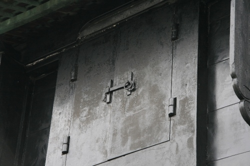 古い建物の頑丈な窓